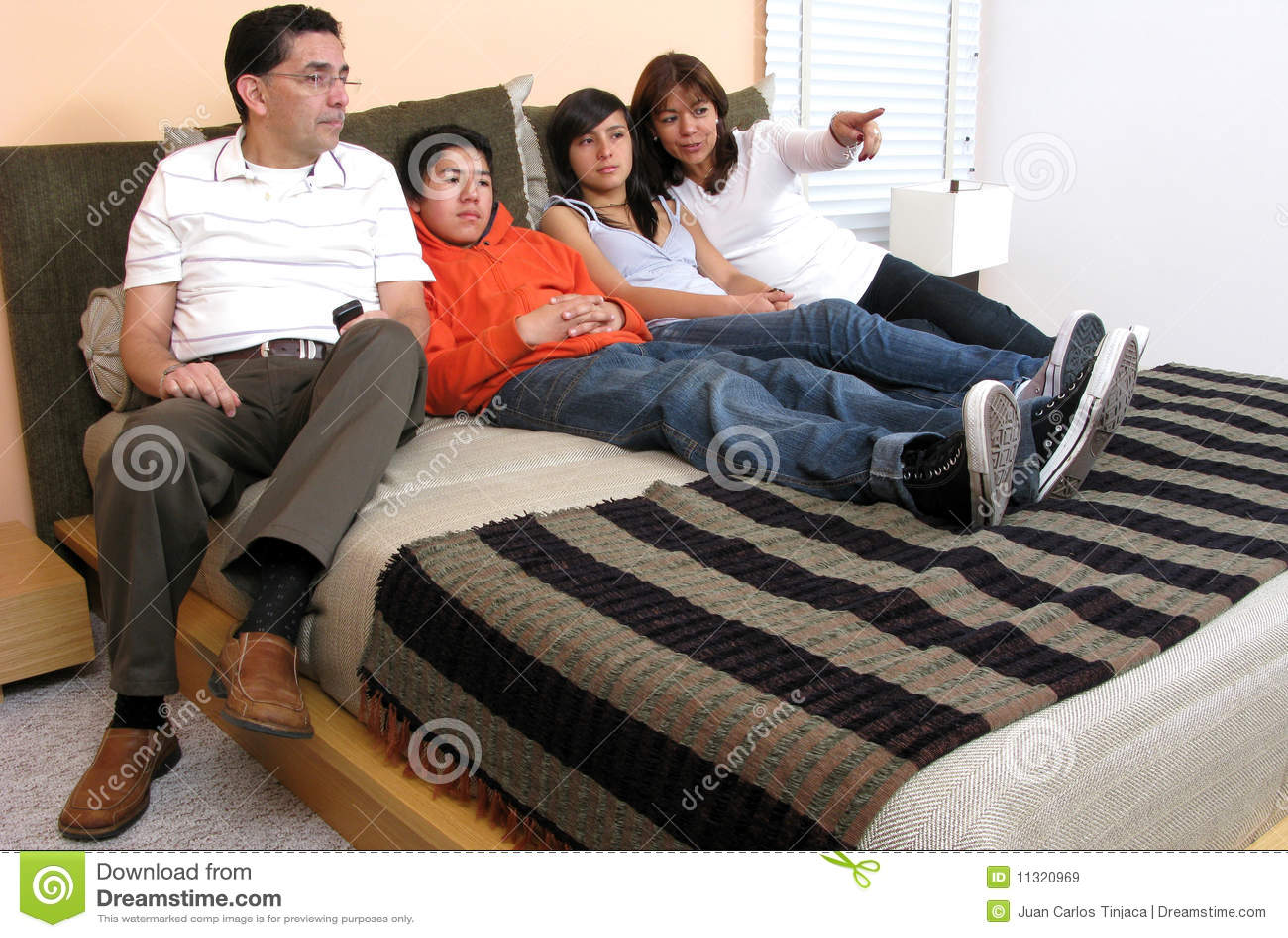 Familie im Bettblickfernsehen