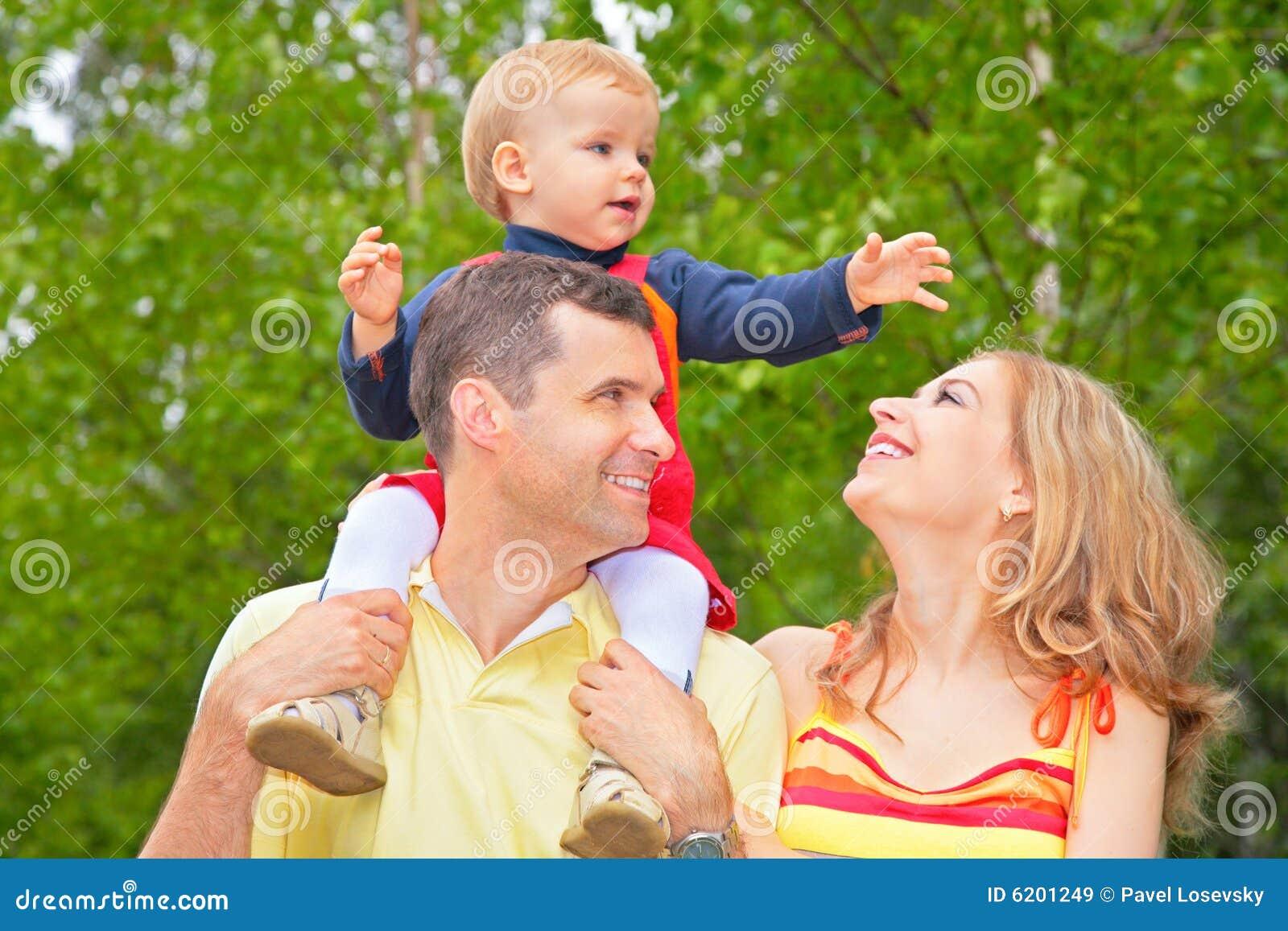 Familie im Park mit Kind auf Schultern
