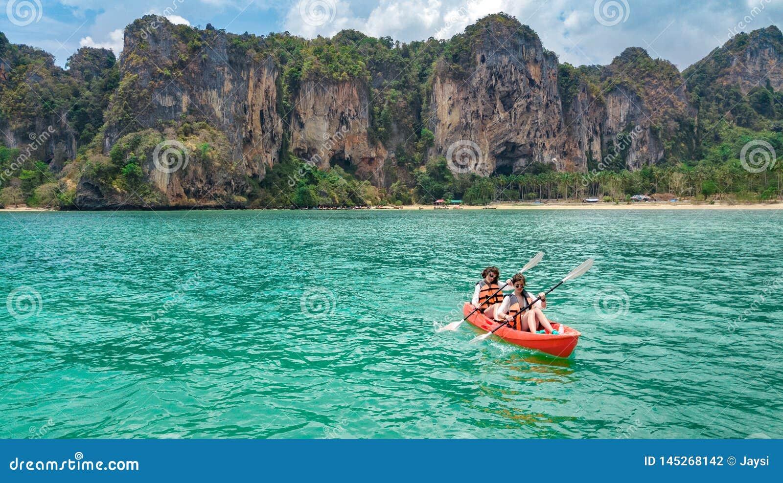 Familie kayaking, moeder en dochter die in kajak op tropische overzeese kanoreis dichtbij eilanden paddelen, die pret, vakantie i