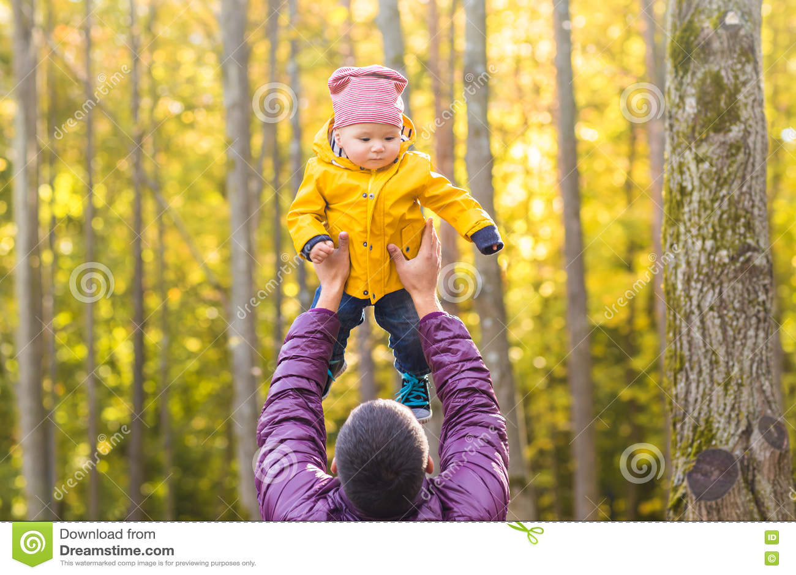 Familie, Kindheit, Vaterschaft, Freizeit und Leutekonzept - glücklicher Vater und kleiner Sohn, die draußen spielt