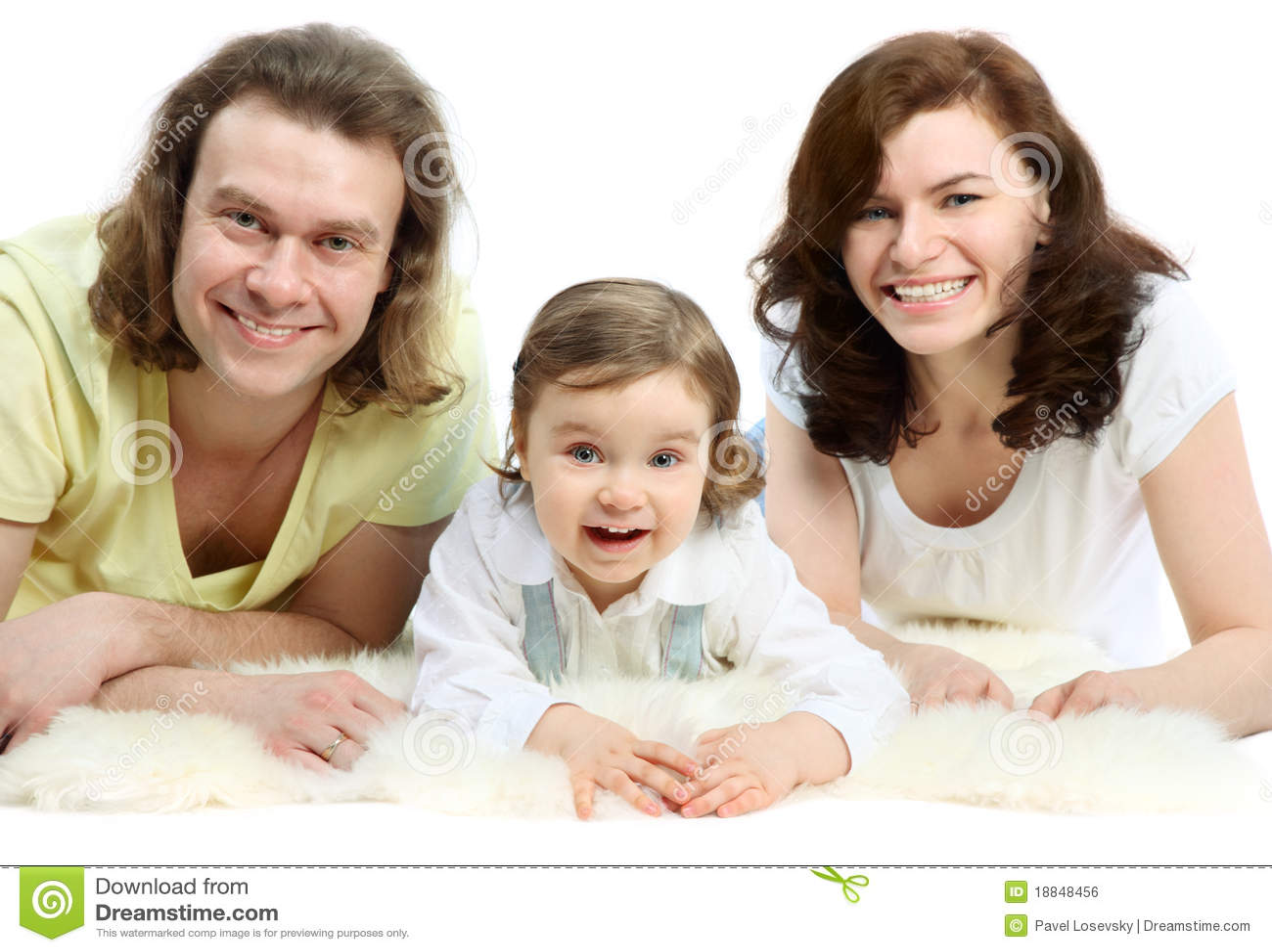 Familie liegen auf weißem flaumigem Pelz