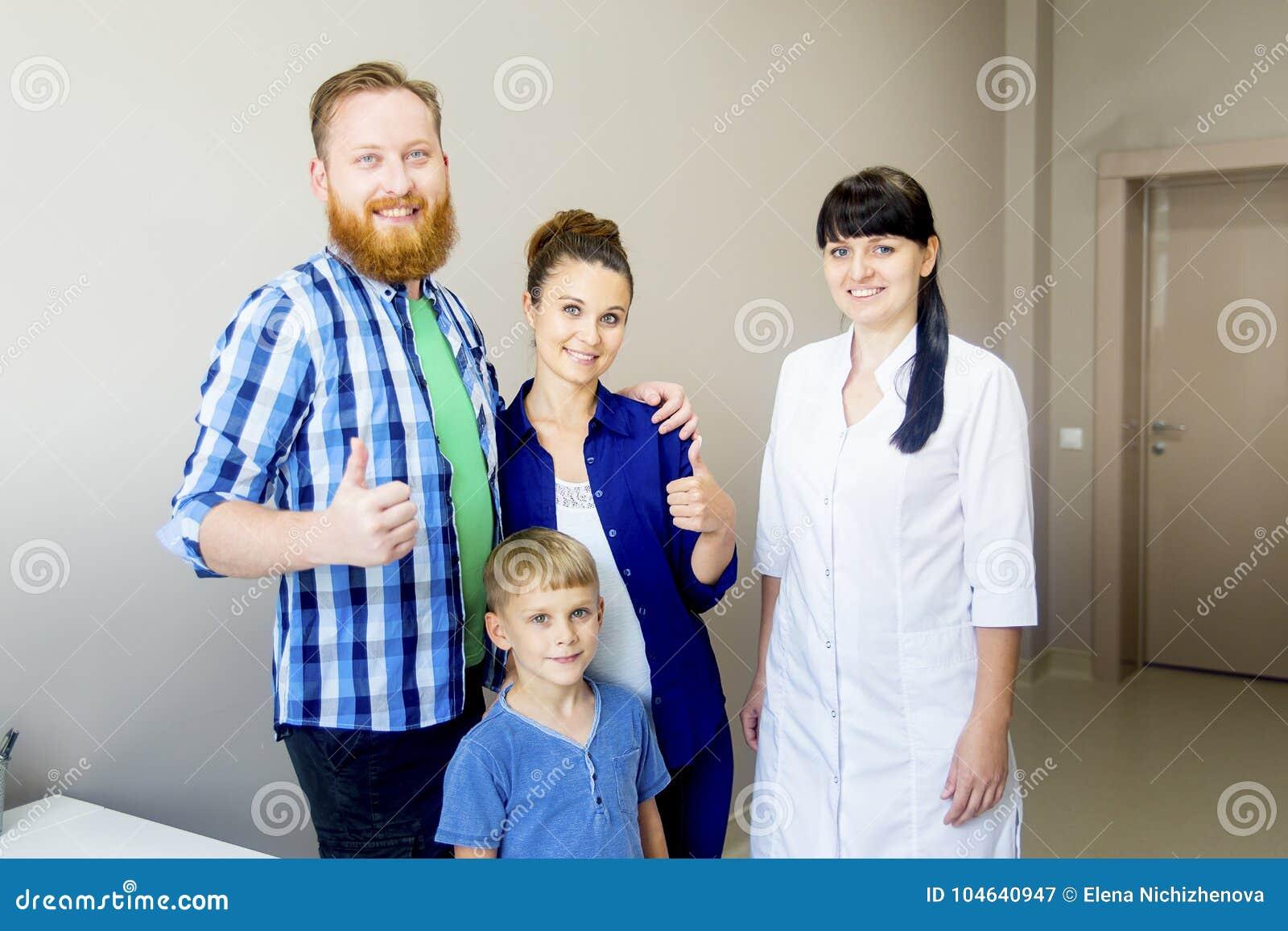 Download Familie medische kliniek stock afbeelding. Afbeelding bestaande uit gezondheid - 104640947