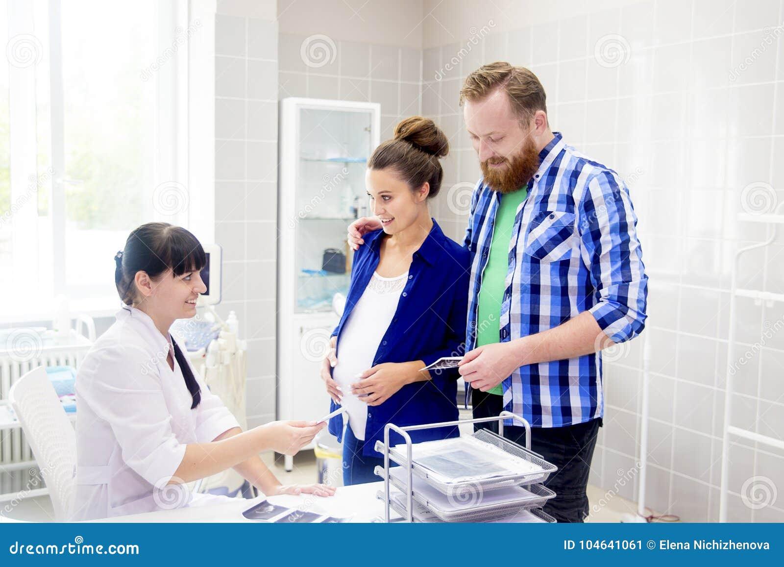 Download Familie medische kliniek stock afbeelding. Afbeelding bestaande uit personeel - 104641061