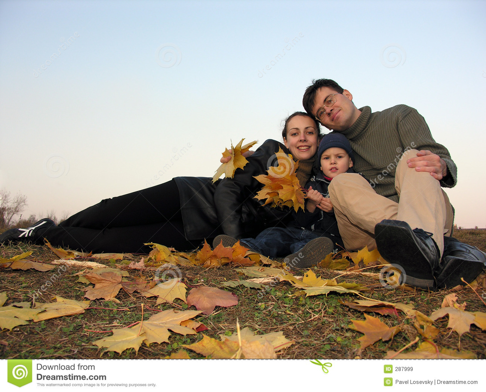 Familie met de herfstbladeren