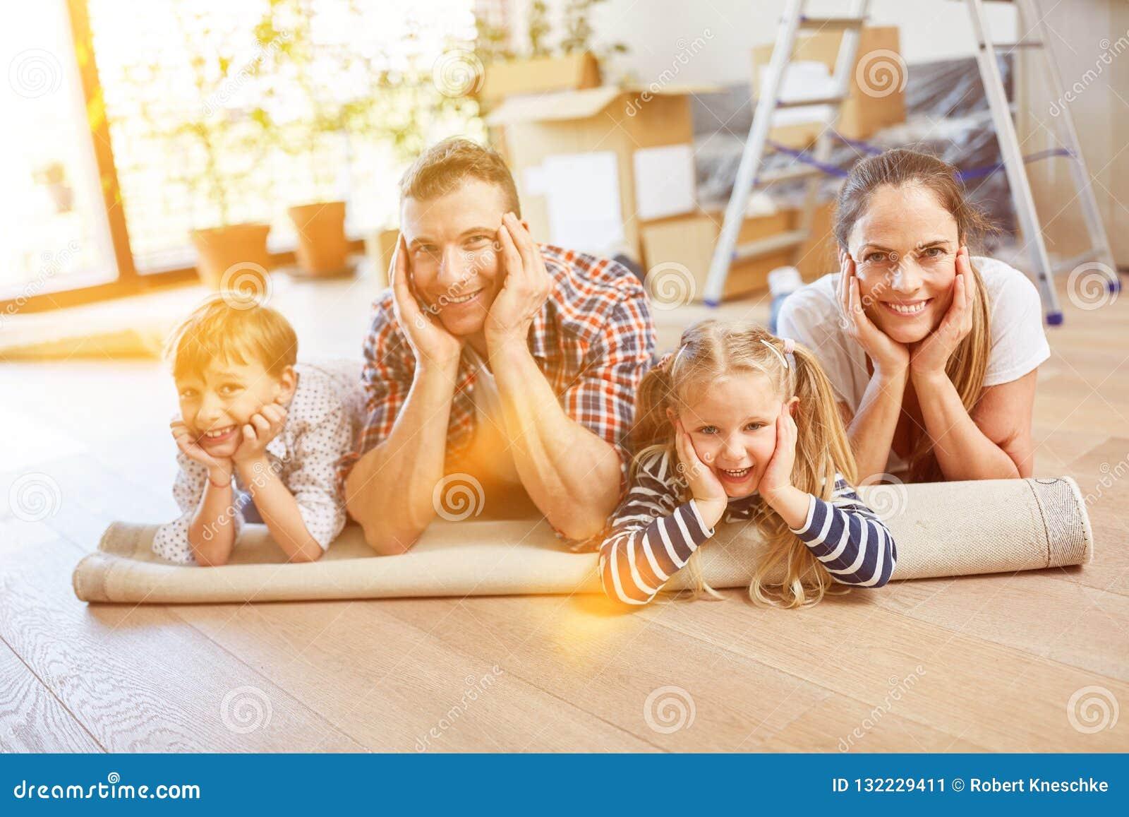 Familie met kinderen die zich aan hun eigen huis bewegen