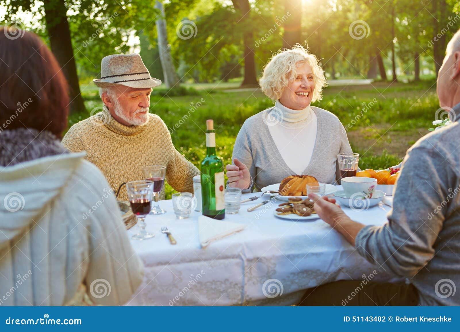 Familie met oudsten die verjaardag vieren