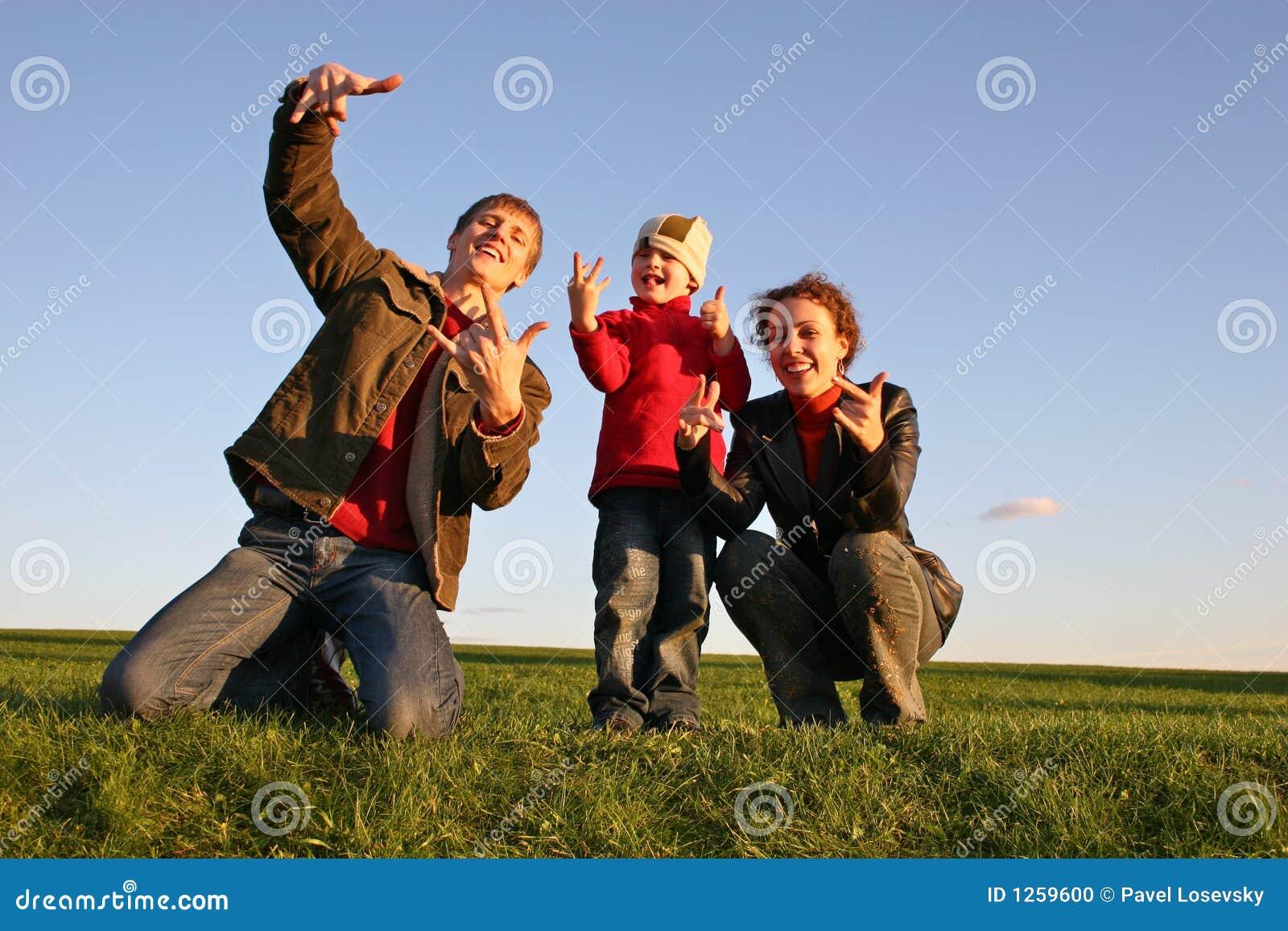 Familie met vingers op gras