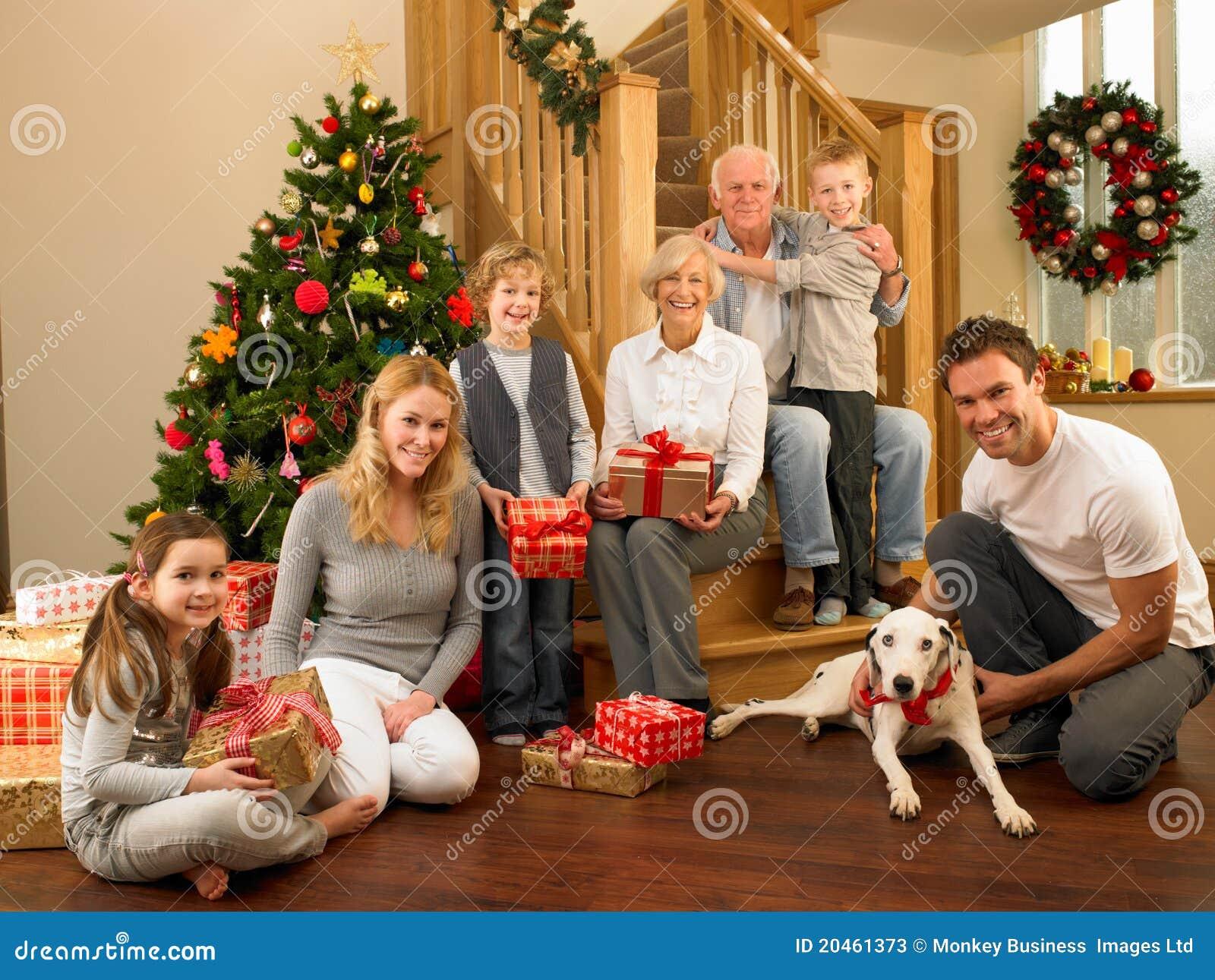 familie mit geschenken vor weihnachtsbaum stockfotos. Black Bedroom Furniture Sets. Home Design Ideas