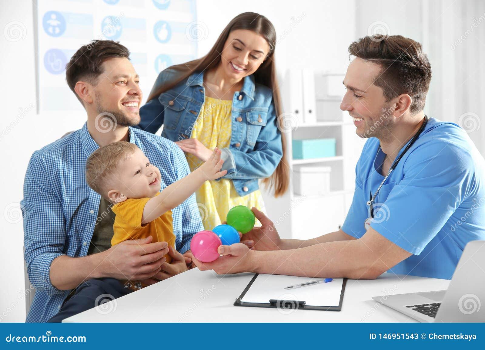 Familie mit Kinderbesuchsdoktor