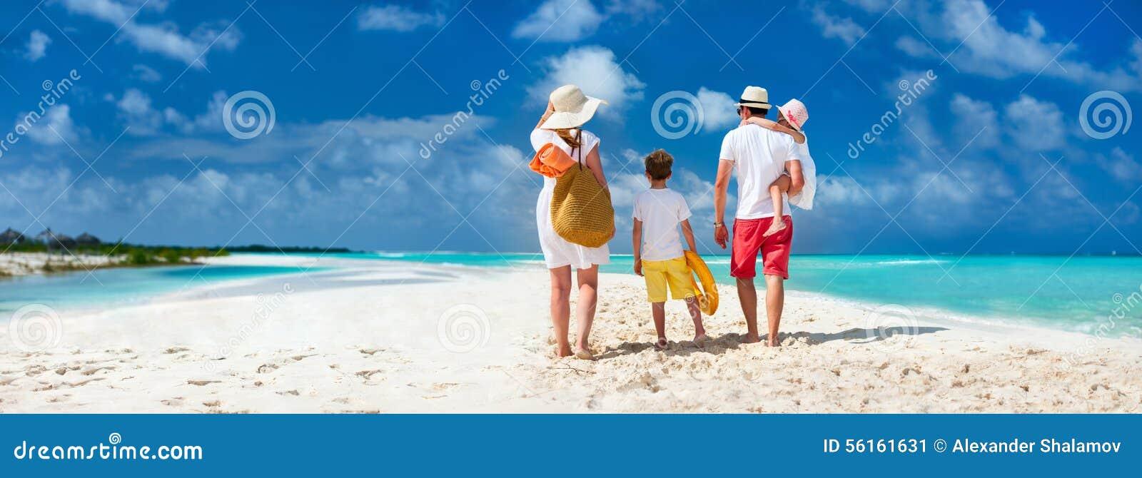 Familie mit Kindern auf Strandferien