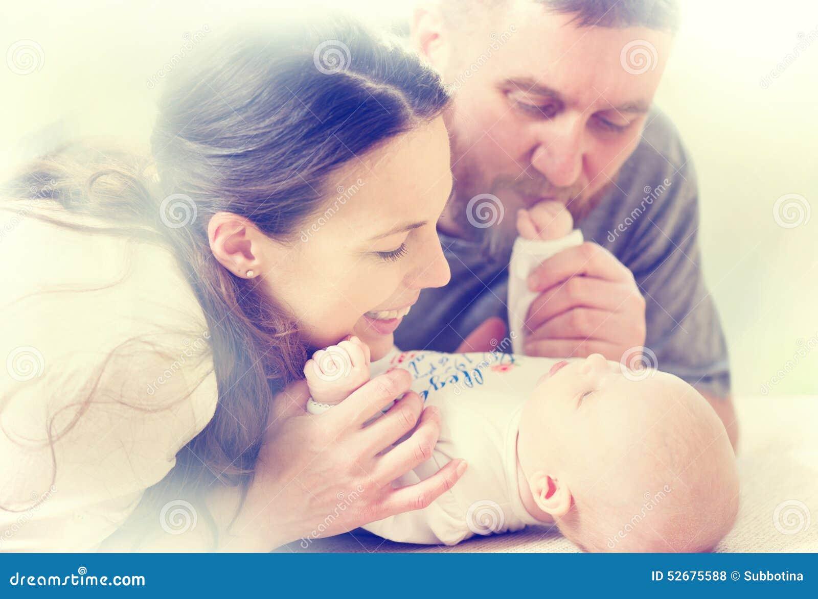 Familie - Mutter, Vati und ihr neugeborenes Baby