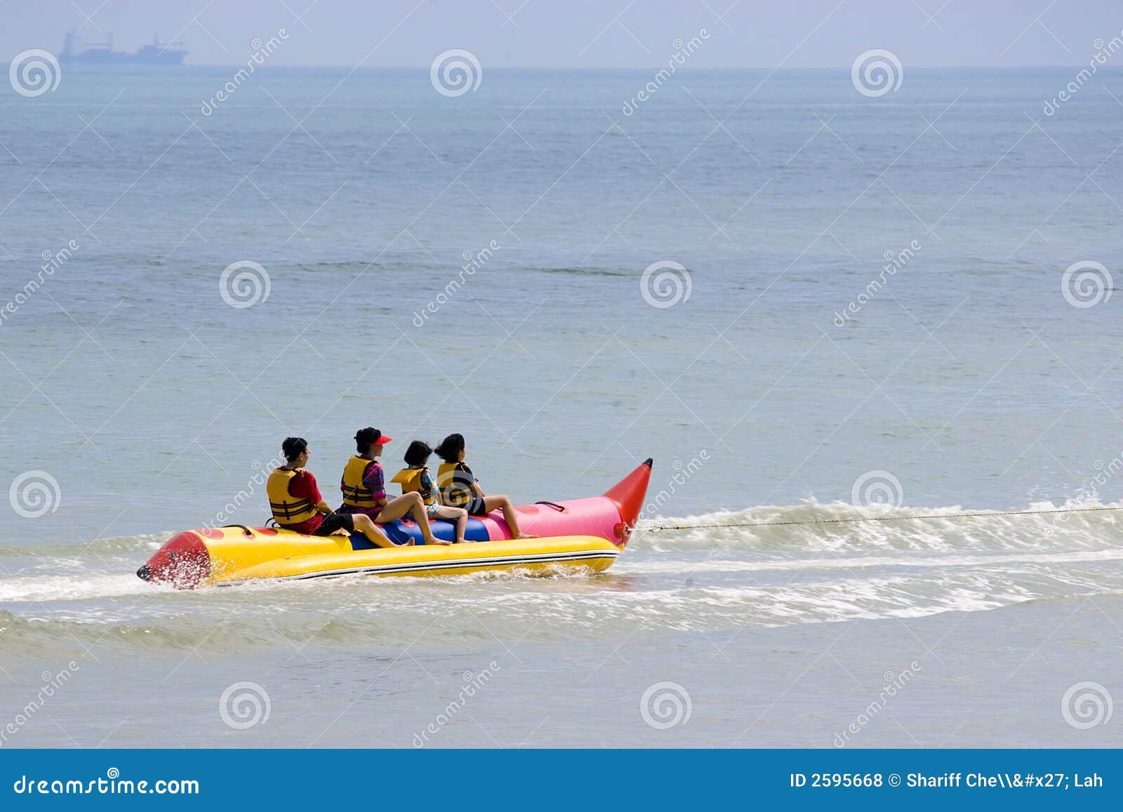 Familie op de Boot van de Banaan