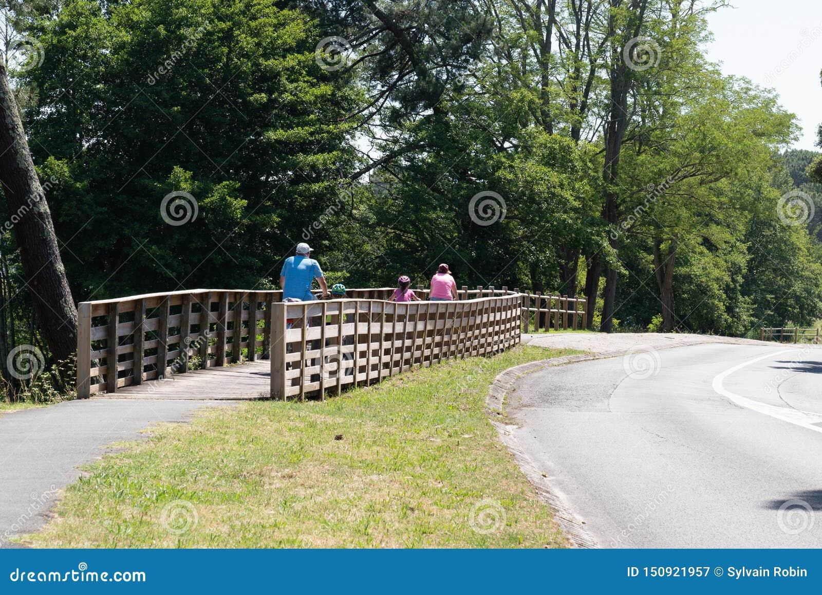Familie op fietsen achtermening in Lacanau-meer Frankrijk tijdens de vakantiezomer