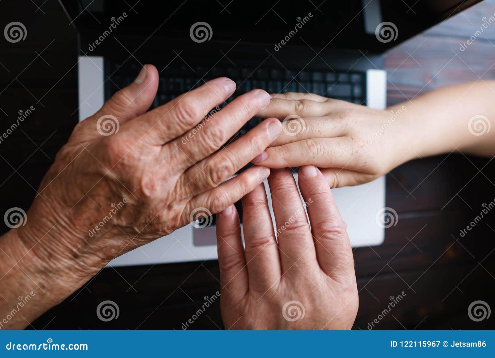 Familie schließen sich Händen am Tastaturhintergrund an