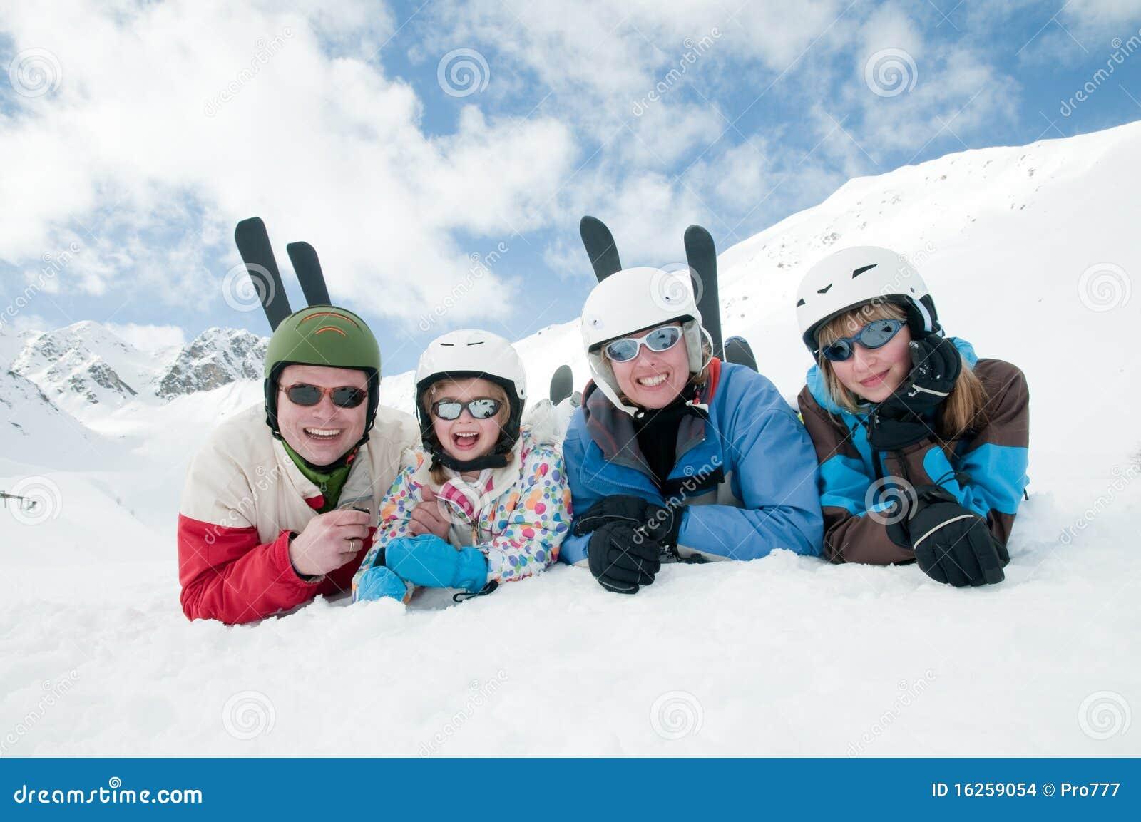 Familie, Ski, Schnee, Sonne und Spaß