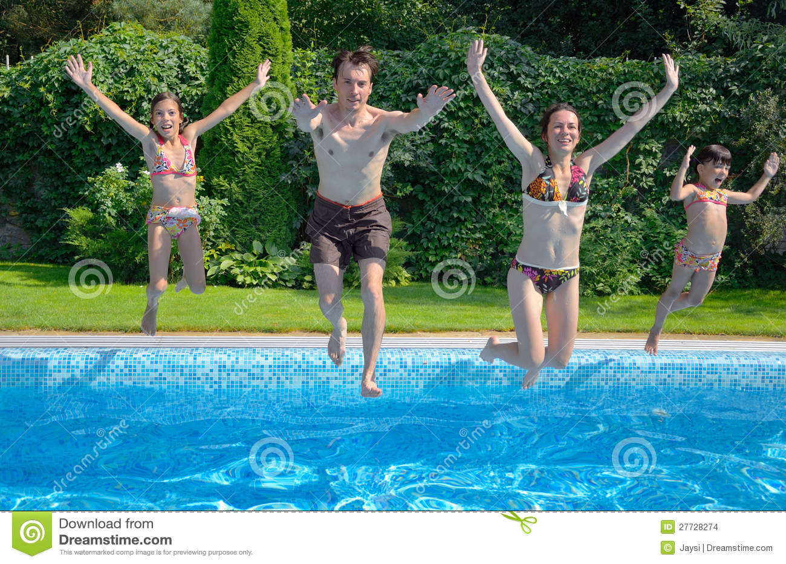 Familie springen zum Swimmingpool