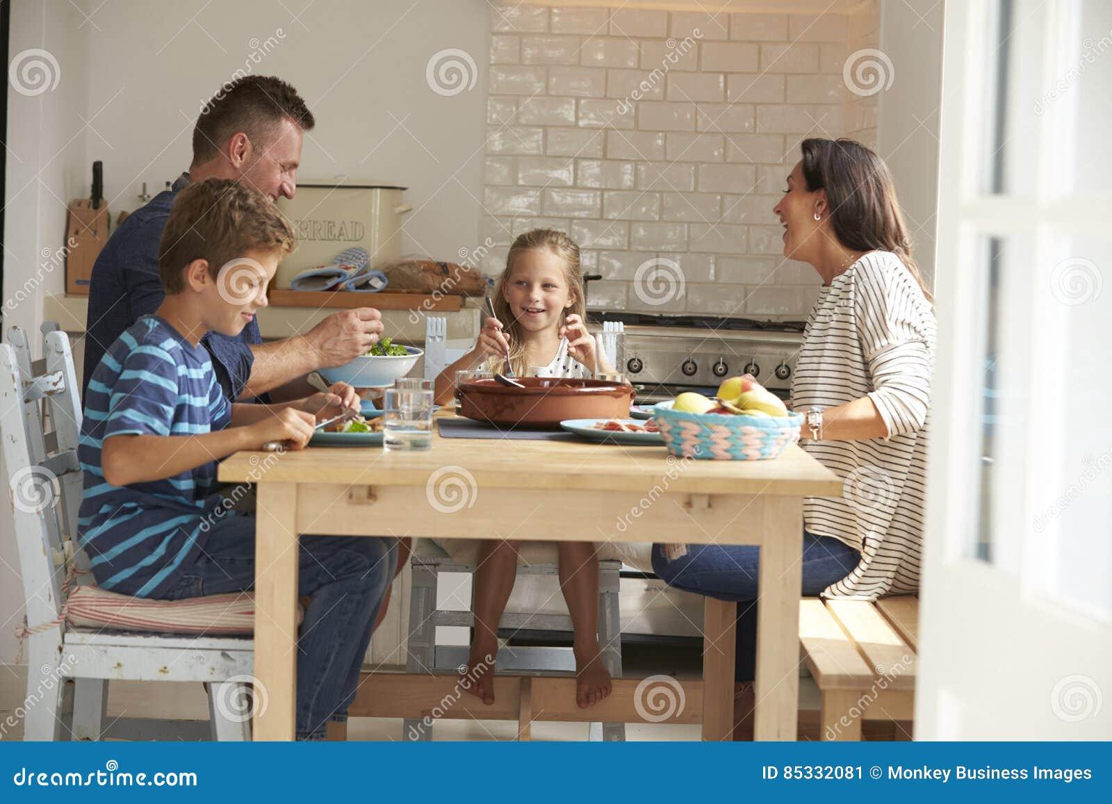 Familie thuis in samen het Eten van Maaltijd