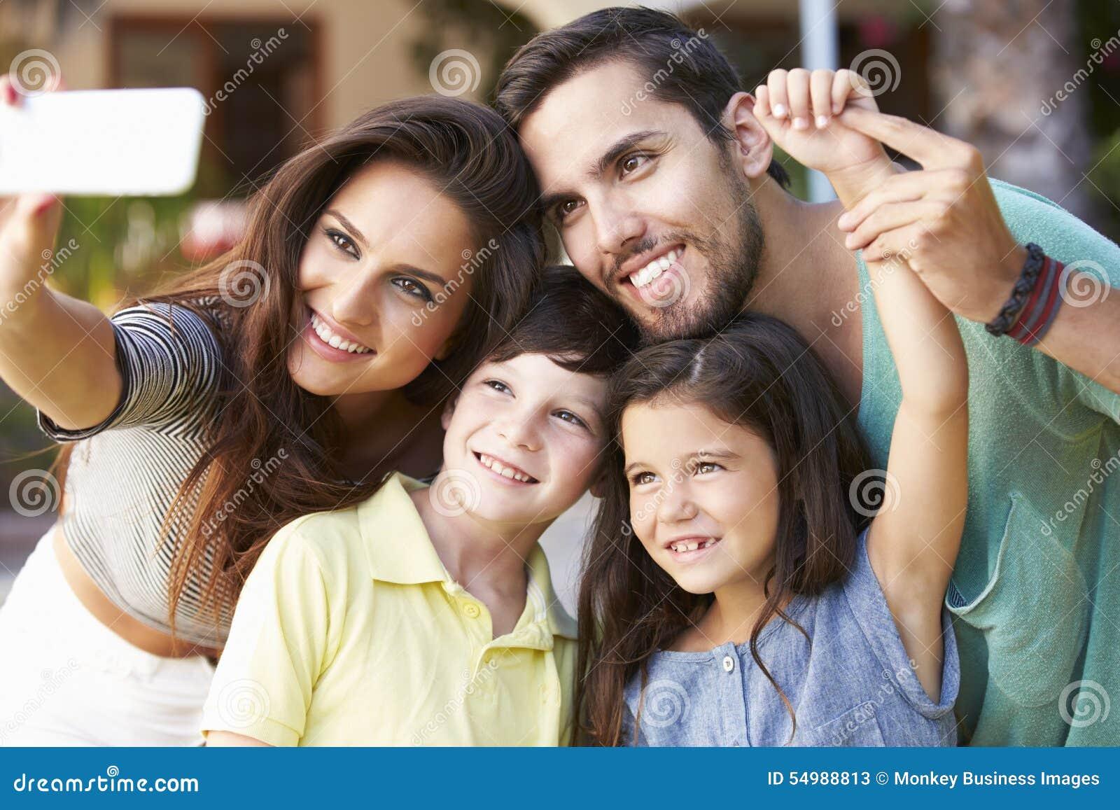 Familie in Tuin die Selfie op Mobiele Telefoon nemen