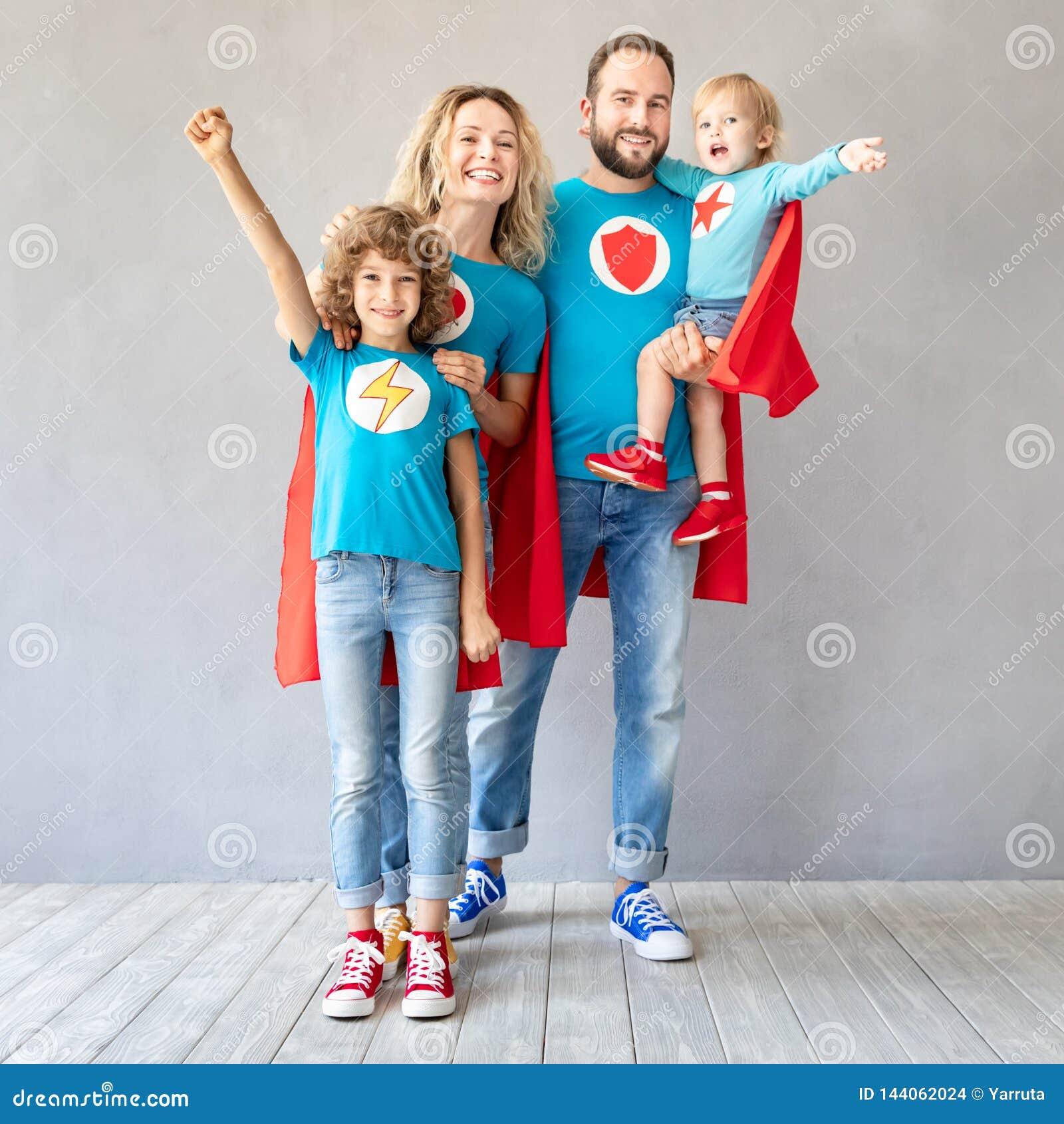 Familie van superheroes die thuis spelen