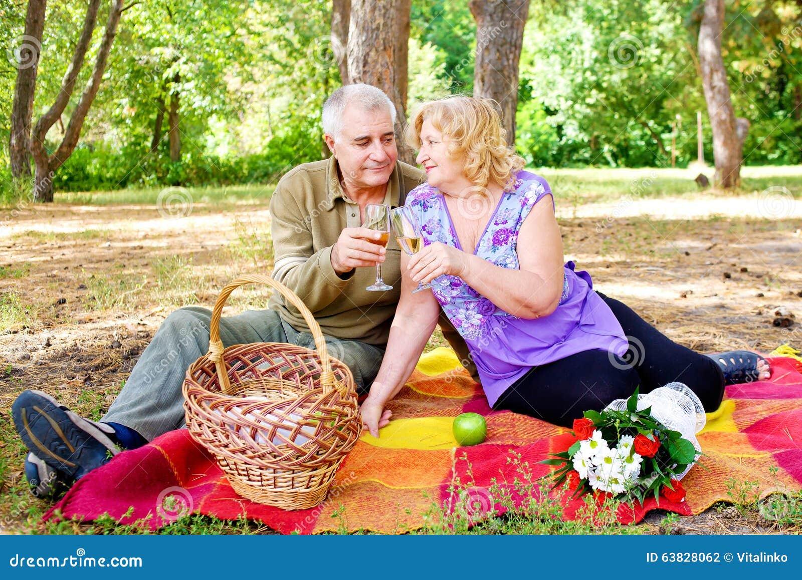 Familie van vier in het de herfstbos Mooie gelukkige oude mensen