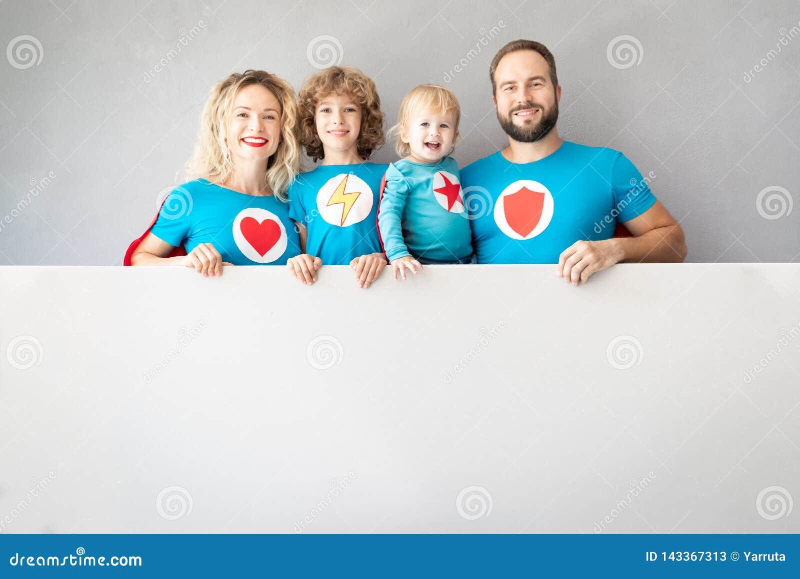 Familie von den Superhelden, die zu Hause spielen