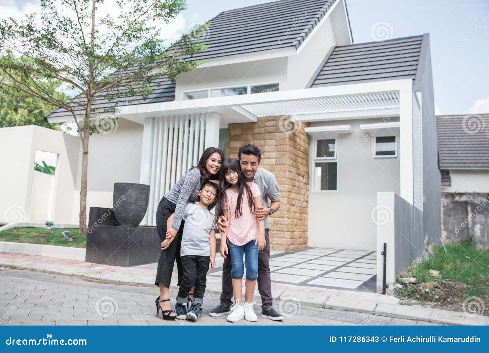 Familie voor hun nieuw huis