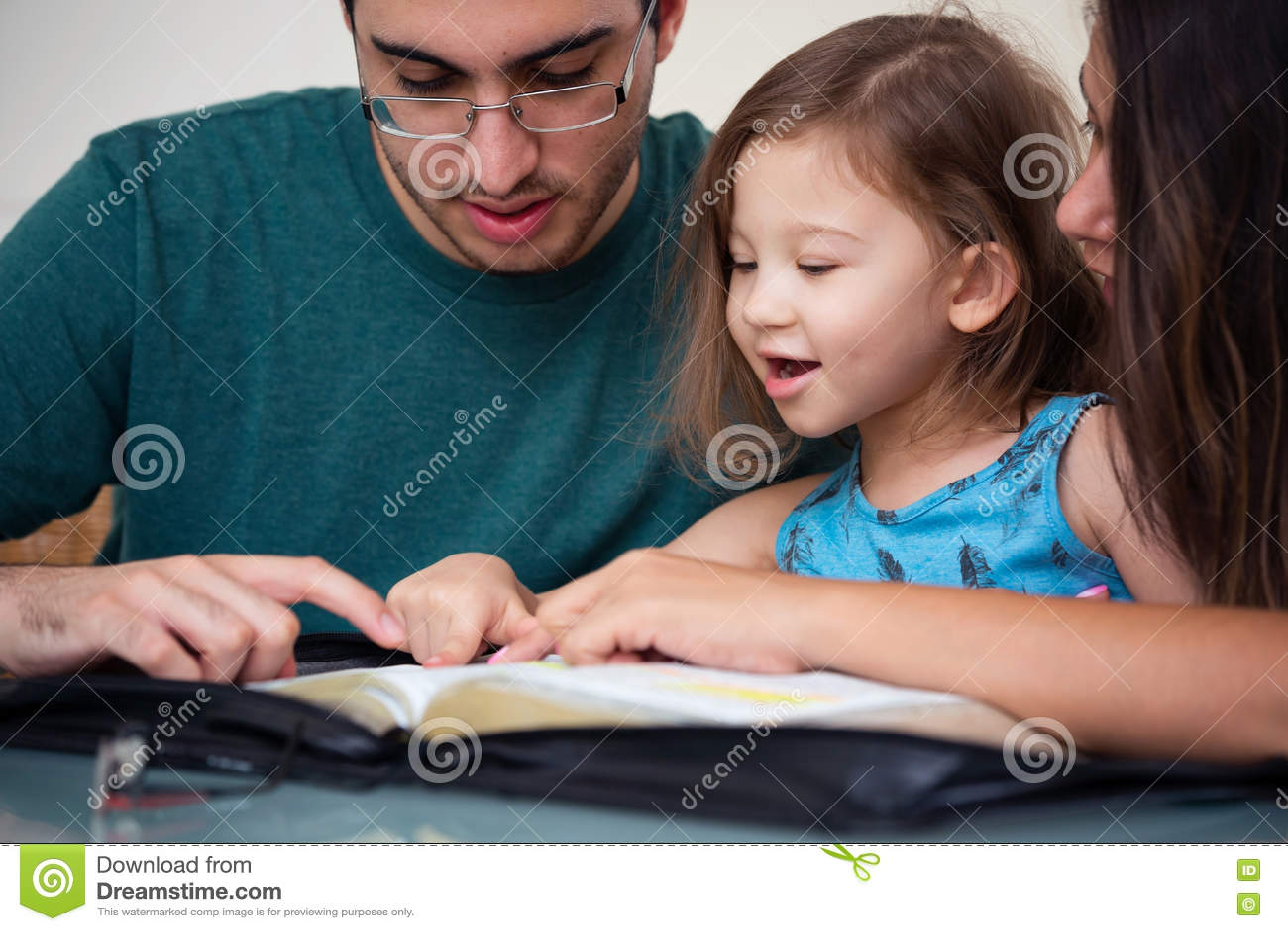 Familie, welche zusammen die Bibel liest