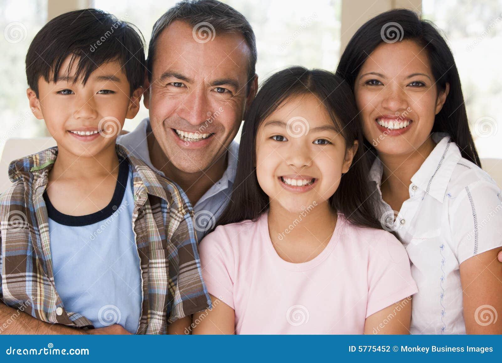 Familie in woonkamer het glimlachen