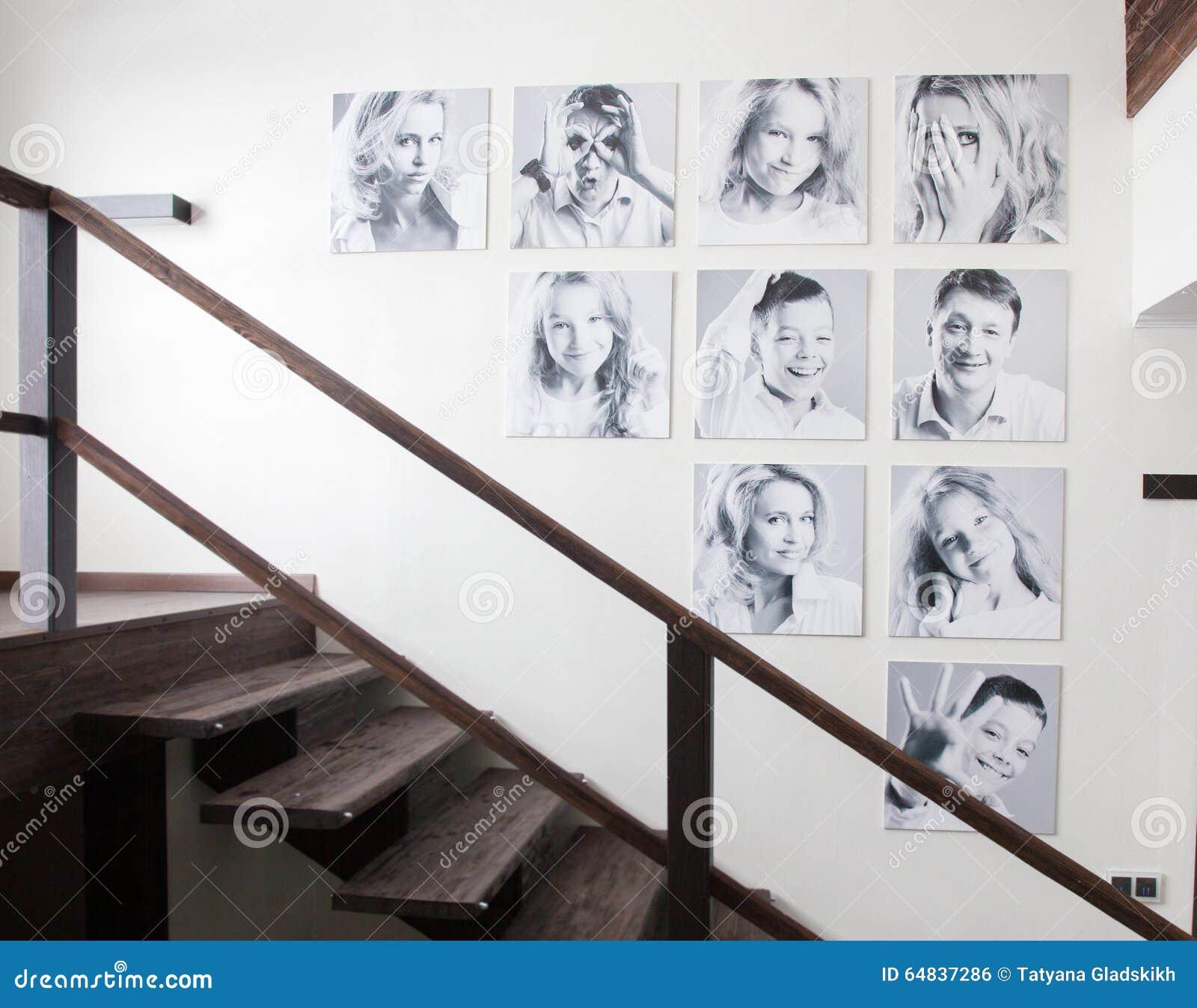 Familiefoto 39 s op de muur stock foto afbeelding 64837286 - Grijze muur deco ...