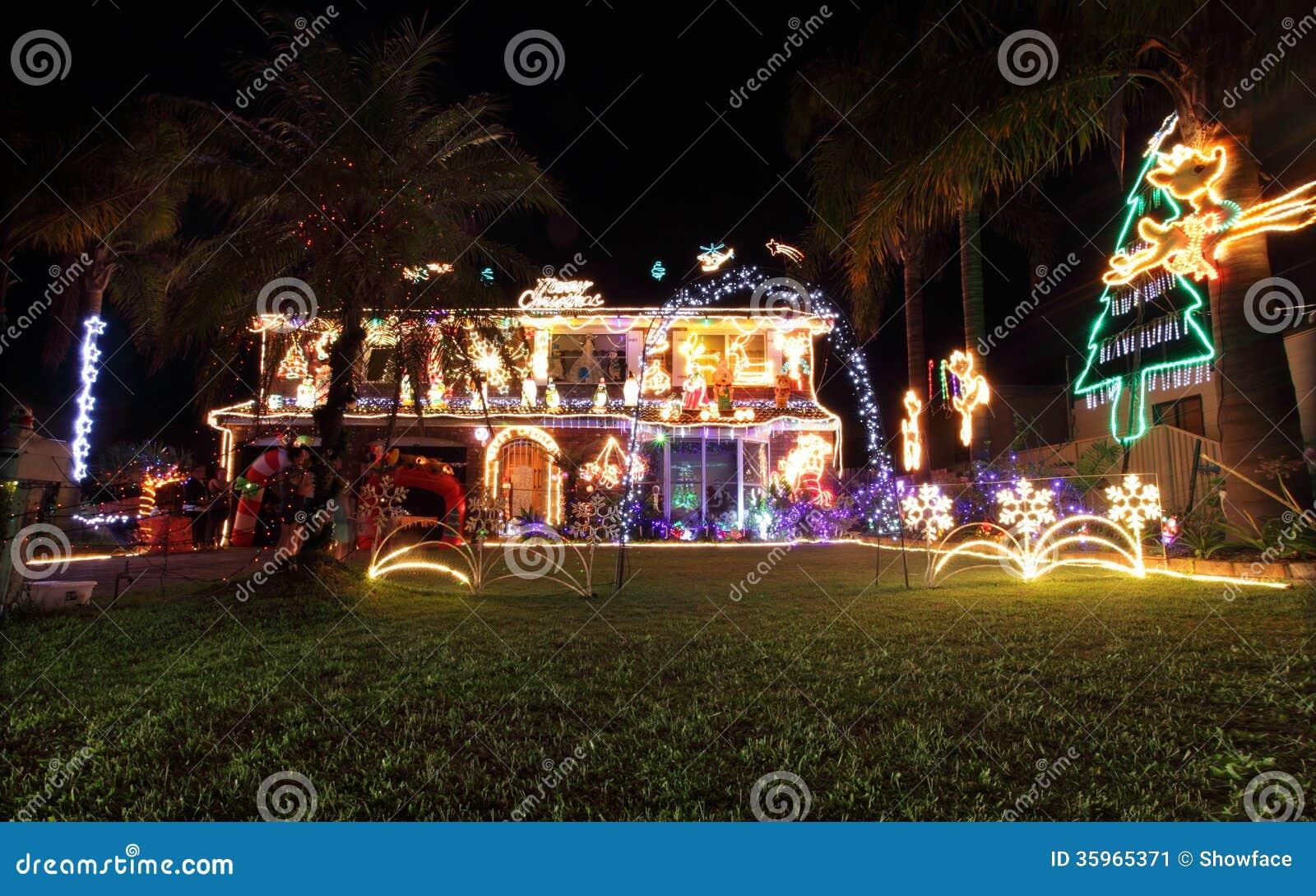Familiehuis dat met Kerstmislichten en decoratie wordt verfraaid