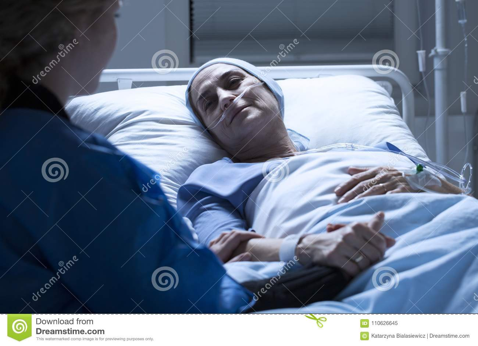 Familielid en zieke vrouw