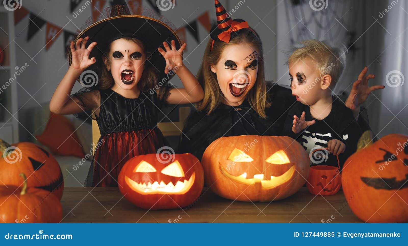 Kinderen Halloween.Familiemoeder En Kinderen In Kostuums En Make Up Aan