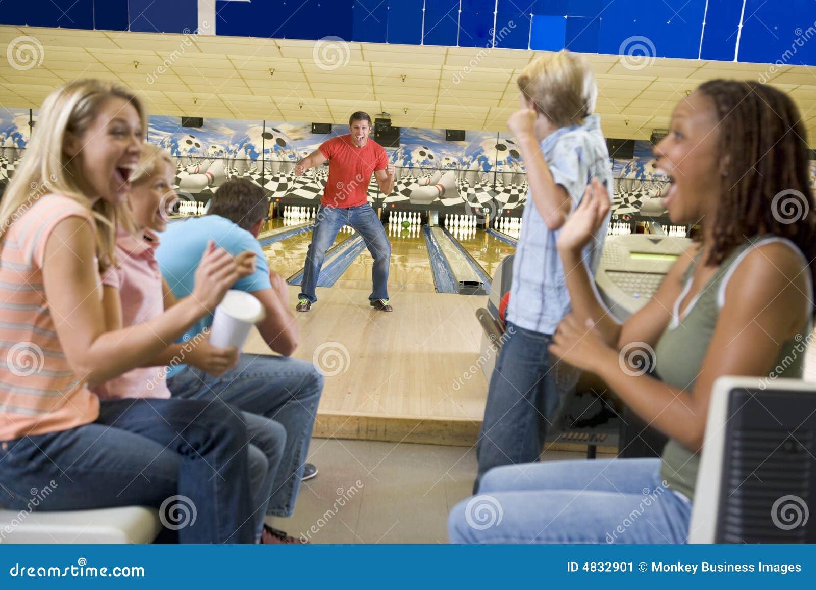 Familien auf Reise zur Bowlingbahn