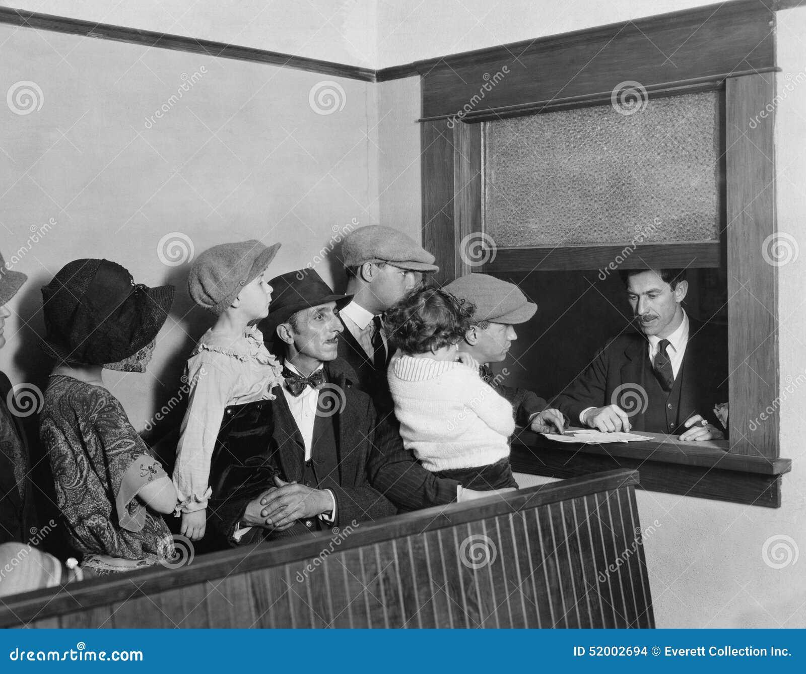 Familien, die in Linie am Fenster warten (alle dargestellten Personen sind nicht längeres lebendes und kein Zustand existiert Lie