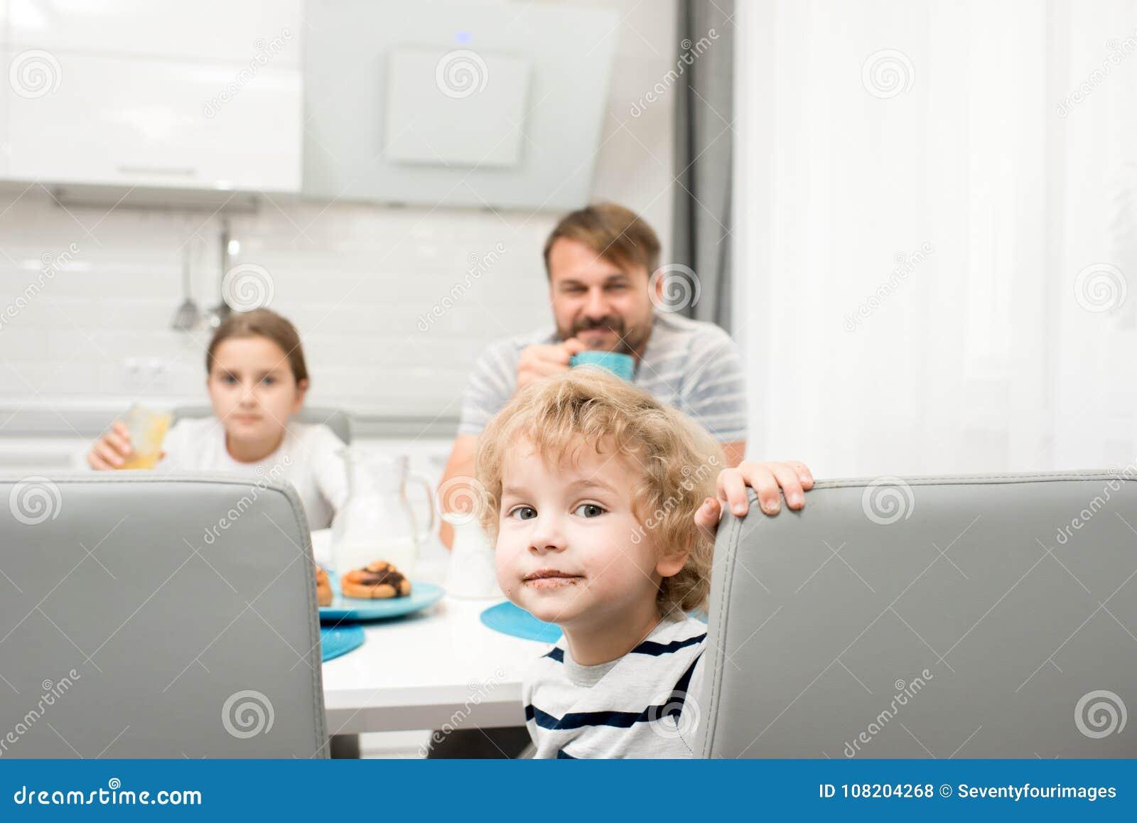 Familien-Porträt in der modernen Küche