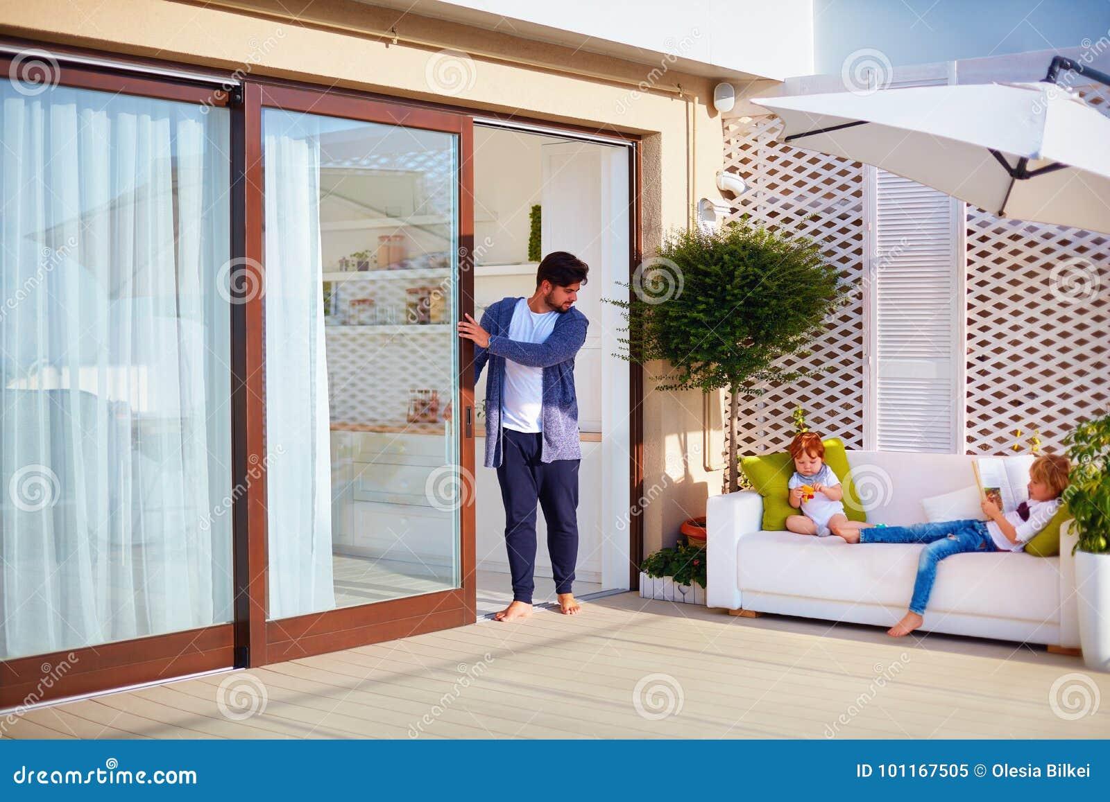 schiebetur garten, familienentspannung im freien auf dachspitzenpatio mit küche des, Design ideen