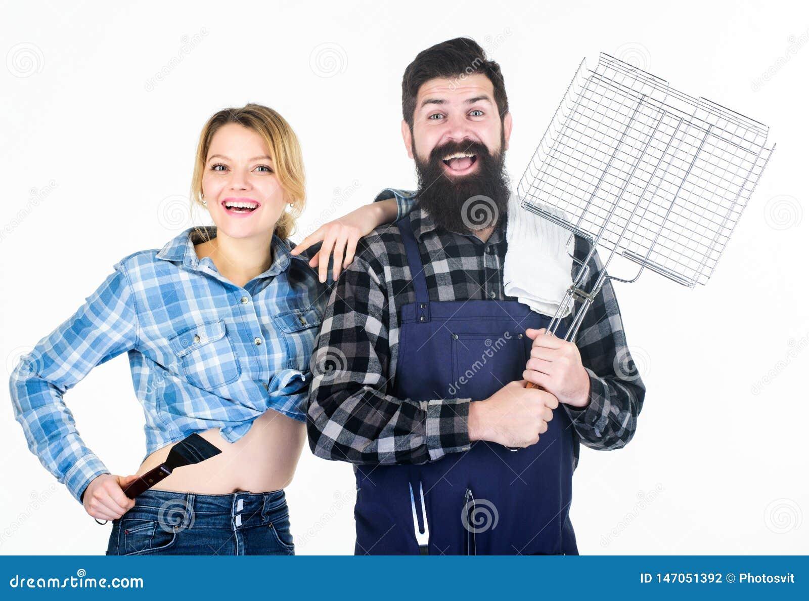 Familiengrillkonzept Grillende allgemeine Technik Bärtiger Hippie und netter Mädchengriff, die Geräte grillend kocht