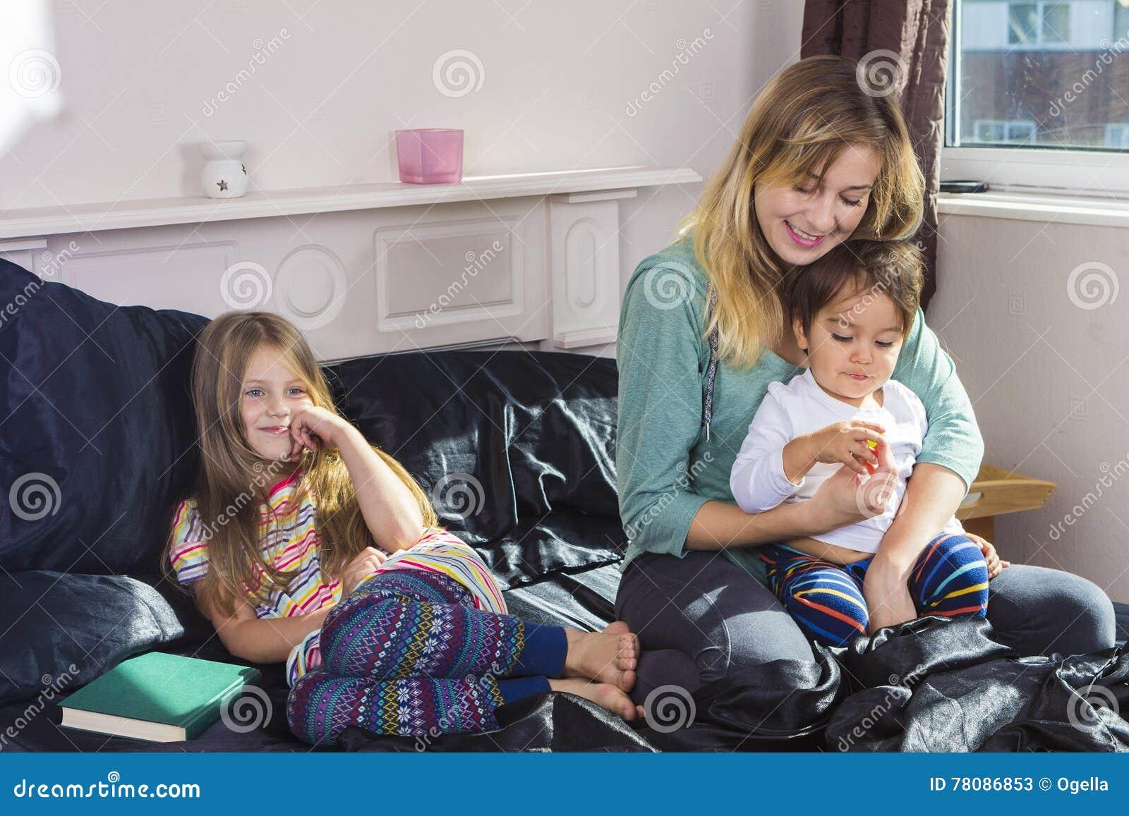 Familienporträt im Bett zu Hause