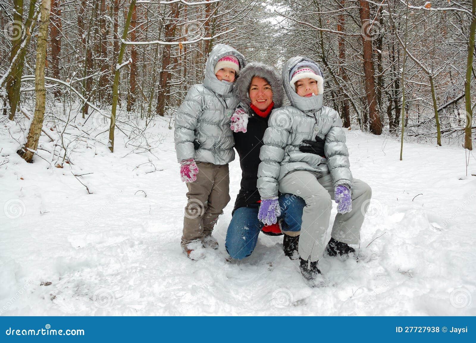 Familienspaß im Winterwald