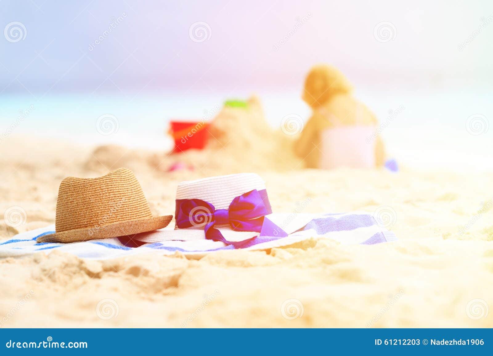 Familienstrand-Ferienkonzept - Hüte und Kind spielen