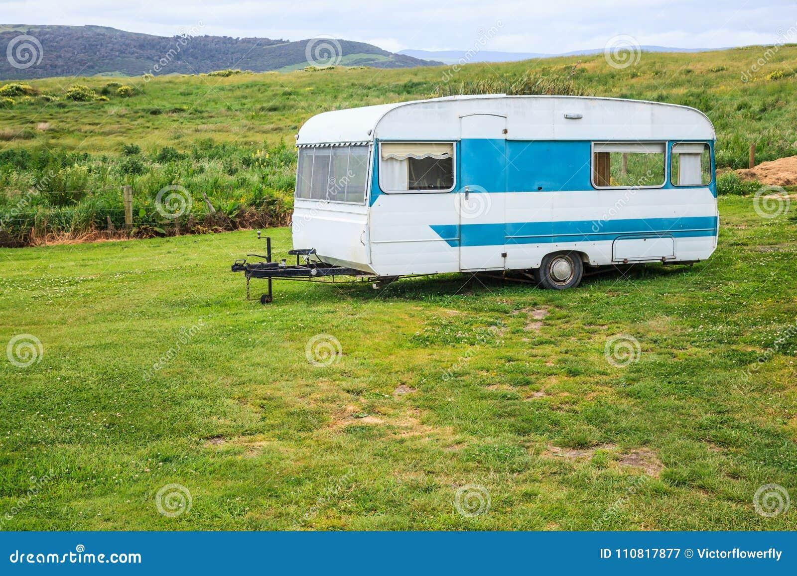 Familienurlaubreise, gemächliche Reise im Wohnmobil, glückliche Feiertags-Ferien in kampierendem Auto des Wohnwagens Schöne Natur