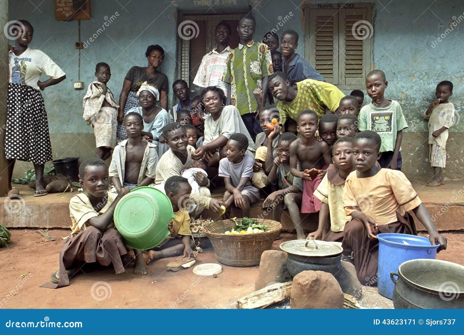 Familieportret van Ghanese uitgebreide familie