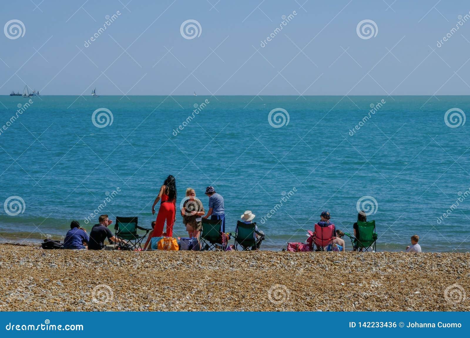 Families die op het strand in Eastbourne picnicing