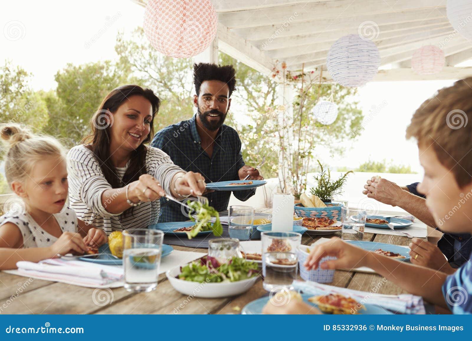 Families die van Openluchtmaaltijd op Terras samen genieten