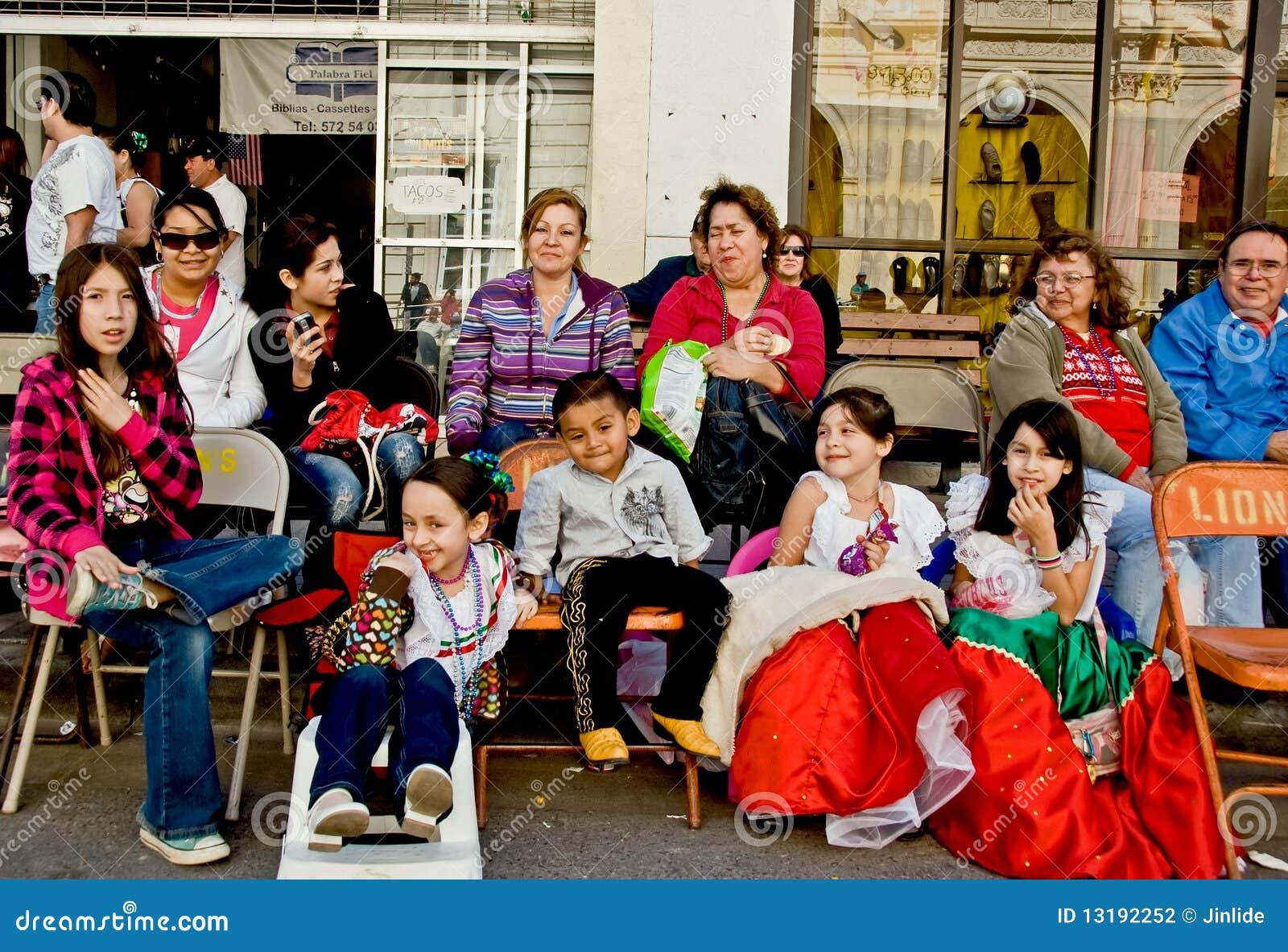 Families en vrienden in paradepubliek