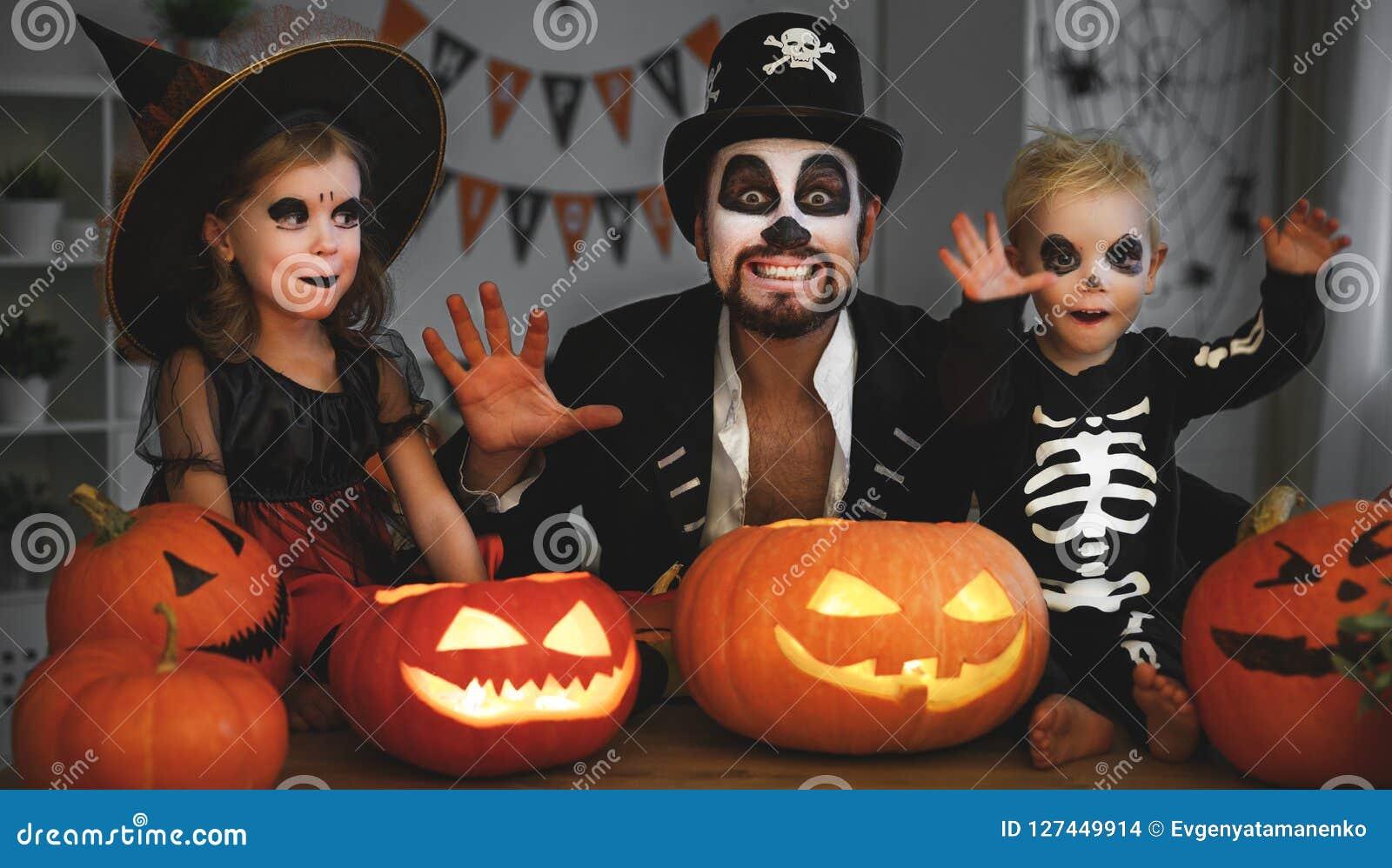 Kinderen Halloween.Familievader En Kinderen In Kostuums En Make Up Aan