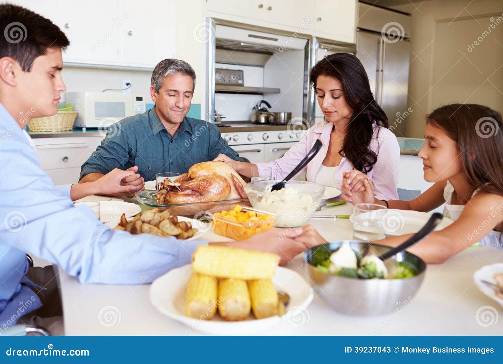 Familiezitting rond Lijst die Gebed zeggen alvorens Maaltijd Te eten