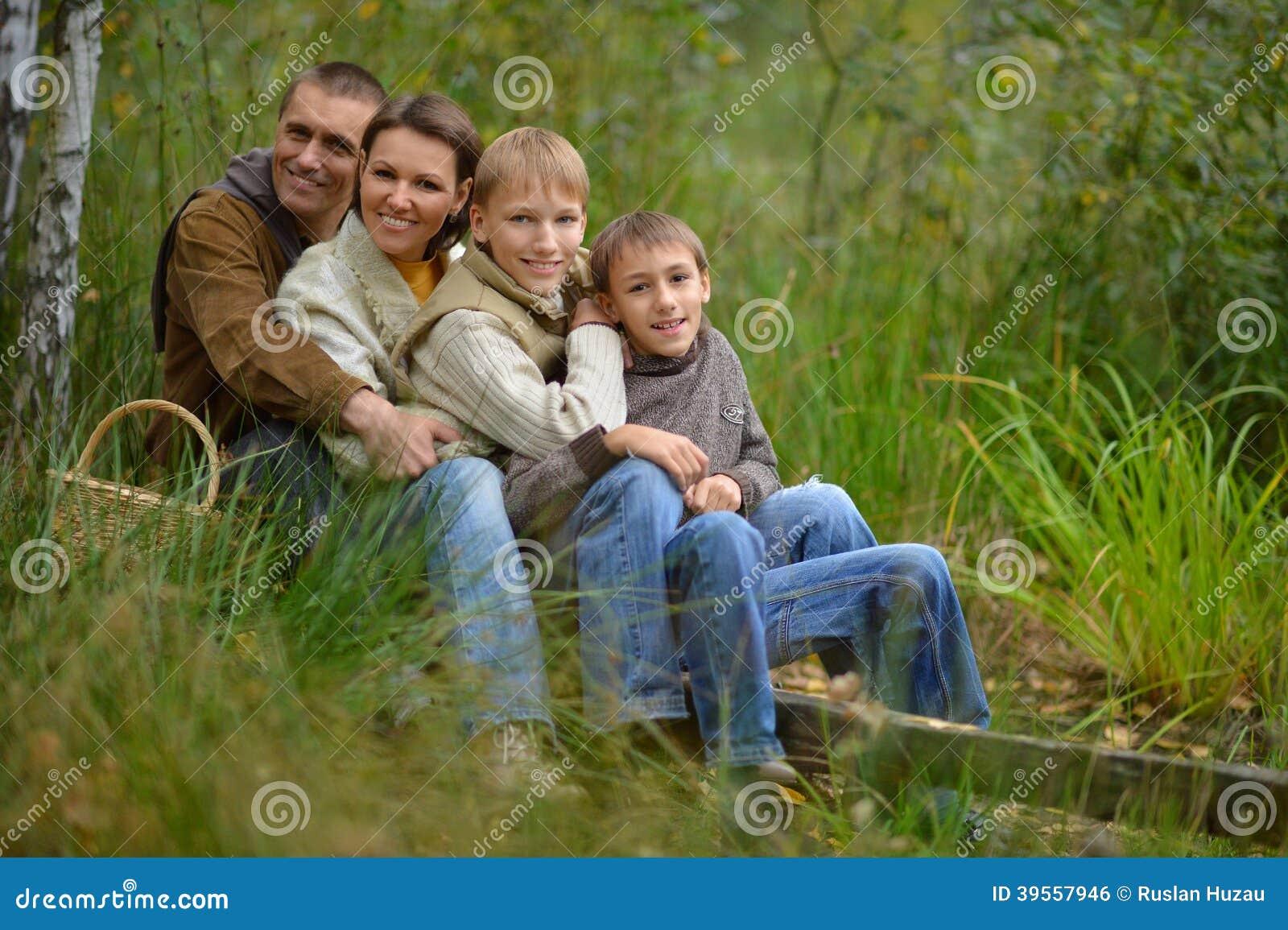 Familj av fyra i skog