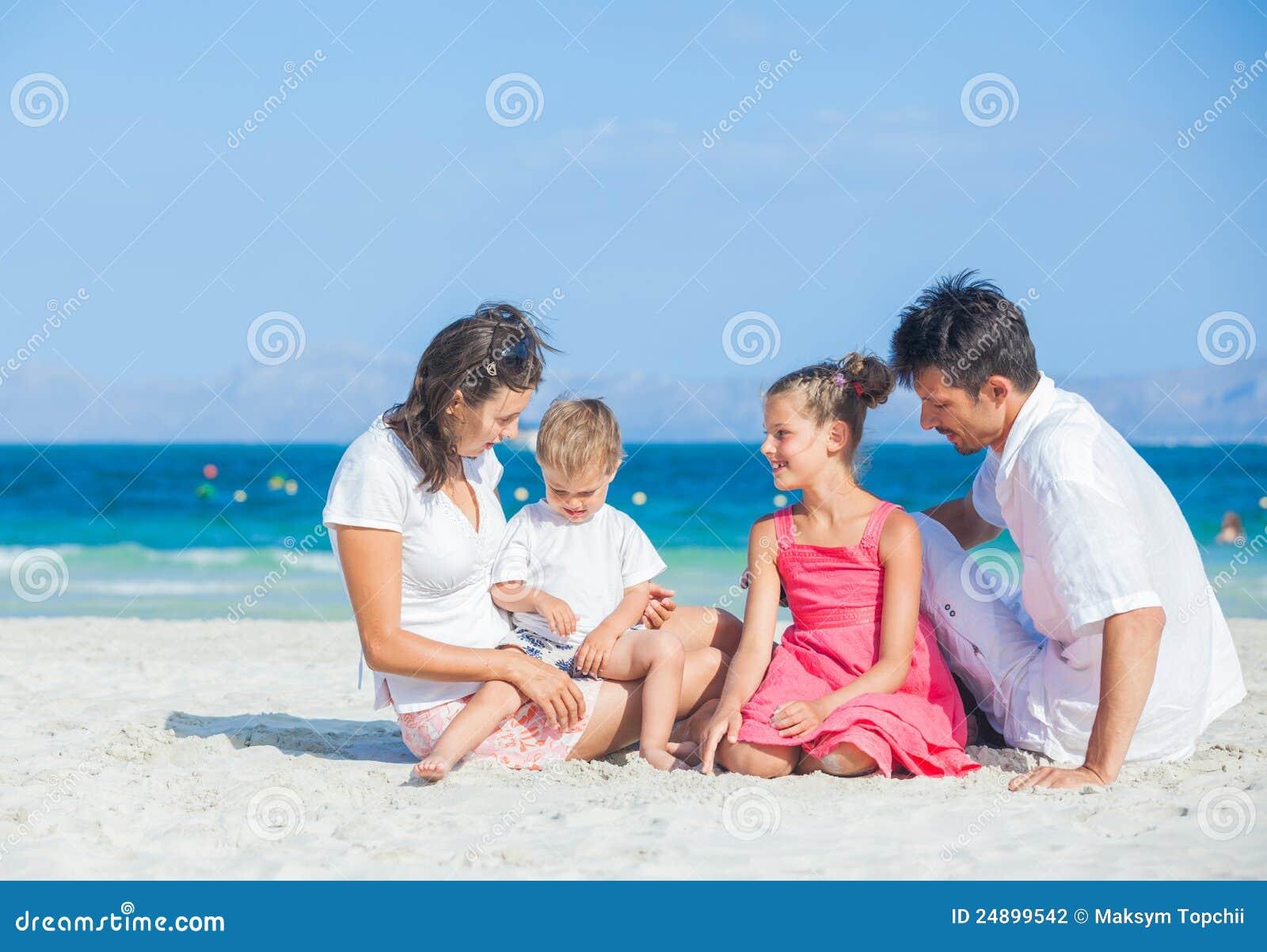 Familj av fyra på tropisk strand