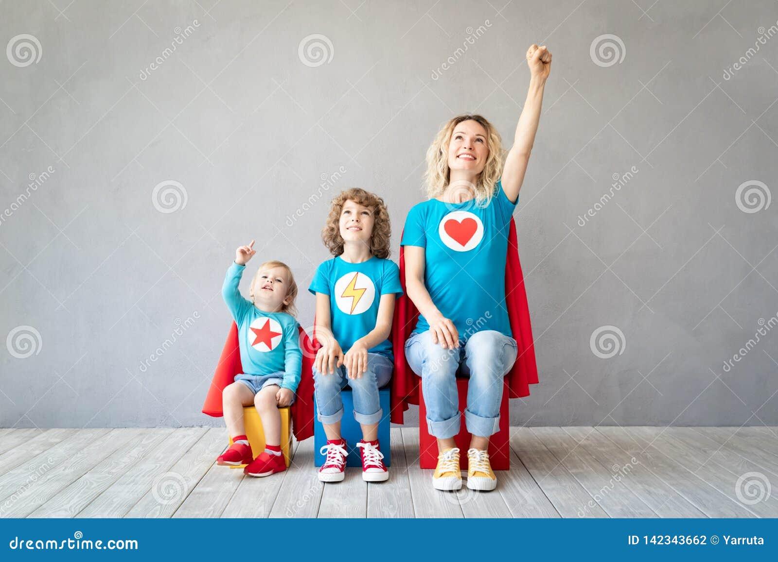 Familj av superheroes som hemma spelar